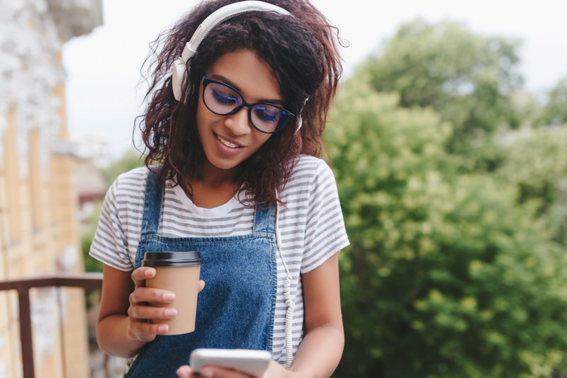 A young woman listening to music therapy for the betterment of her mental health.